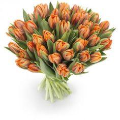 Een handgebonden tulpenboeket met prachtige oranje tulpen. Gegarandeerd een geslaagd cadeau in de lente.