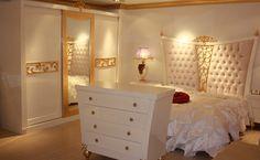 Kendine özgü tasarımı ve göz yormayan motifleri ile klasik ve avangarde arasında bir çizgiye sahip olan Lanpas Yatak Odası Takımı, sürgülü kapı sistemine sahip dolabı, karyolası, yatak başlığı, iki adet komodini ve aynalı şifonyeri ile kombine edildi. http://www.asortie.com/yatak-odasi-146-Lanpas-Klasik-Yatak-Odasi