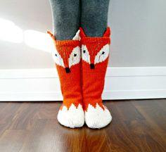 Halten Sie diese kleinen Zehen warm, aber mit diesen kleinen Foxy Socken niedlich! Niedliches Muster fügt einige Wow-Faktor, ein muss für alle Kinder Zubehör fallen haben. Die Little Foxy Socken in kleinen Waschbär Socken mit wechselnden Farben, die Sie sich wenden können :) Dieses Muster ist Teil der Kollektion Woodland Fairy Tales und die Muster fungiert als eine gute grundlegende Socke Muster auch ohne den Fuchs Gesicht und Tail. Dieses Angebot gilt für eine PDF-ANLEITUNG für die Little…