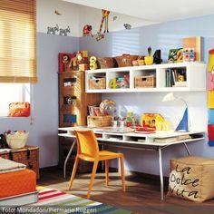 Auch Kinder brauchen einen Arbeitsplatz: Viel Fläche und ein gutes Ordnugssystem am Schreibtisch helfen, dass die Hausaufgaben leicht von der Hand gehen. Wenn der Arbeitsplatz im Kinderzimmer dann noch mit bunten Details wie lustigen Wandtatoos dekoriert ist, wirkt das Zimmer trotzdem noch kindgerecht.
