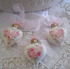 apositivelybeautifulblog:  (via MY PINK CHRISTMAS / Roses & Rhinestone Christmas Hearts)
