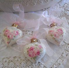roses and rhinestone ornaments-lovely  Pollyannapumpkin.tumblr.com