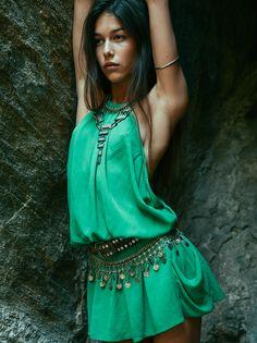 boho / gypsy style, summer beauty, green silk dress and silver jewels Gypsy Style, Boho Gypsy, Hippie Style, Bohemian Style, My Style, Ibiza Style, Gypsy Chic, Boho Hippie, Green Fashion