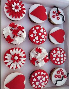 33 Lovely Valentine Cupcake Ideas - Snappy Pixels 33 Lovely Valentine Cupcake Ideas - Snappy P Marshmallow Cupcakes, Fondant Cupcakes, Fun Cupcakes, Cupcake Cookies, Decorated Cupcakes, Valentine Desserts, Valentine Day Cupcakes, Valentine Treats, Cupcakes Design