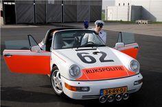 Uit de tijd dat de rijkspolitie nog een echte auto had :D