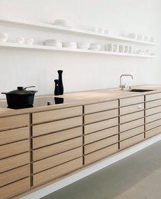 Hoe voeg je hout in de keuken toe? Door bijvoorbeeld de deuren te vervangen voor houten deuren, planken of lades van hout te maken. Bekijk hier meer!