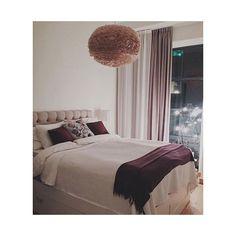 Härlig hotellkänsla skapas med dubbla gardinskenor. Gardiner sydda som veckbandsvåder; Vitt tyg från Lancelot, Fastello färg 01 (80% polyester 20% linne) Lila tyg från Delius, Orbit färg 8540 (100% blackout polyester) Repost från @linn_applegate