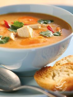 La Crema di peperoni e tofu, arricchita anche da altre verdure, è ideale servita fredda e accompagnata da croccante pane tostato.
