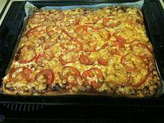 Tälläisiä paksuja peltipizzoja tehtiin silloin kun me olimme vaimoni kanssa nuoria. Muistan erityisesti ystämme Kaisan ja Pekan jotka tarjosivat illanistujaisissa tomaattisiivupäällystettyjä versioita ja seuraksi tietysti punaviiniä. Minä yleensä ahmin pizzaa liikaa silloisen tyttöystäväni ja nykyisen vaimoni mielestä. Maistuu tämä nykyisinkin ja sopii hyvin esim. railakkaiden juhlien jälkeiseksi päiväksi. Kananmunaton. Reseptiä katsottu 54206 kertaa. Reseptin tekijä: maitzo.