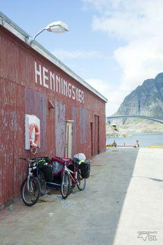 Les Lofoten à vélo: Voyage abordable (Detour Local) -> Henningsvaer, Lofoten; première étape difficile avec tout notre surplus d'équipement www.detourlocal.com/les-lofoten-a-velo/