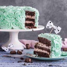 Ihana minttusuklaakakku on syötävän söpö! Suklaapohjat täytetään Pätkis-vaahdolla ja näyttävä ruusukoristelu värjätään trendikkäästi mintunvihreäksi.