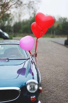 versierde trouwauto met ballonnen