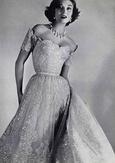 Chanel evening gown this is true glamour! Robes Vintage, Vintage Dresses, Vintage Outfits, Vintage Clothing, 1950s Dresses, Glamour Vintage, Vintage Beauty, Vintage Chanel, 1950s Fashion