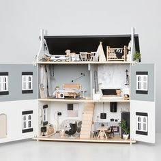 If you haven't already then you have to see this dollhouse in the latest issue of est magazine. It will absolutely floor you! Designer Cassie James-Herrick has sourced and created designer mini furniture that we all want to live with in our homes. @cassie_j_h @adollhouseforedie