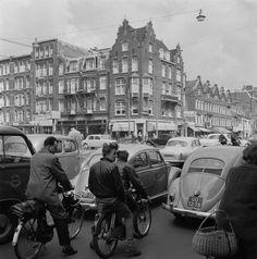Frits Lemaire, Fiets en bromfiets tussen auto´s op kruispunt in Amsterdam, 1968.
