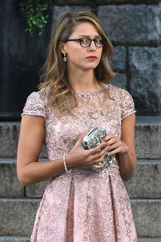 Supergirl The Flash Wedding Spoiler Alert! Supergirl aka Melissa Benoist in Pink dress attended the WEDDING of Barry Allen AKA The Flash and Iris West! Kara Danvers Supergirl, Supergirl Tv, Supergirl And Flash, Cinema Tv, Films Cinema, Melissa Benoist, Marvel Vs Dc Comics, Jessica Rothe, Superhero Pictures