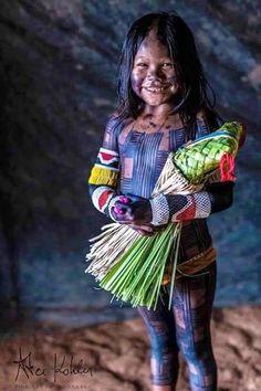 Menina Kayapó com sua boneca .