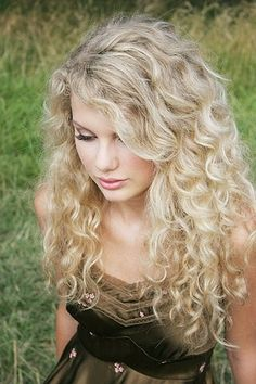 Photo: Taylor Swift - Photoshoot Andrew Orth for Taylor Swift album and other events Taylor Swift Photoshoot, Taylor Swift Album, Taylor Swift 2006, Curly Hair Styles, Natural Hair Styles, Peinados Pin Up, Mi Long, Hair Day, Pretty Hairstyles