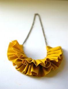Collana di stoffa color senape