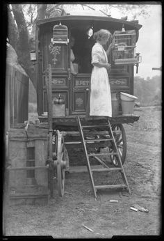 gypsy Fans of HBOs short-lived period drama Carnivale will likely appreciate these vintage black and white gems that were recently unearthed by Retronaut. In the photos of UK circus caravans, we meet a variety of different subjects, from a Real Gypsy, Vintage Pictures, Old Pictures, Old Photos, Gypsy Caravan, Gypsy Wagon, Cirque Vintage, Saloon, Into The West, Gypsy Life