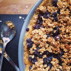 Helppo ja nopea mustikkapiirakka on melkein superruokaa, onhan siinä reilusti mustikoita ja kauraa.