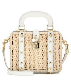 """Dolce & Gabbana - Verzierte Tasche Dolce aus geflochtenem Rattan und Leder - Dolce-Vita-Glamour bestimmt Dolce & Gabbanas kleine """"Dolce"""" Tasche aus geflochtenem Rattan. Das geradlinige Format, das an ein kleines Köfferchen erinnert, ist mit nietenbesetztem weißem Leder versehen, welches für eine Prise Luxus sorgt. Dank des optionalen Schulterriemens lässt sich die Minibag nicht nur ganz nonchalant am Henkel, sondern auch crossbody tragen. seen @ www.mytheresa.com"""