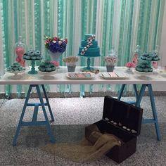 E o aniversário de 1 ano da Fernanda de Fundo do Mar ficou um encanto com a nossa mesa branca com cavalete azul e nossos pratos laqueados verde Tiffany e cúpulas de vidro.  Decoração @nathaliavieiradecor #mabbeladecor #alugueldepecasdecorativas