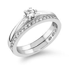 Sandbergin Kastepisara-sormuksessa V-360w timantti 0,23 ct H-vs 1839 €, vierellään Kukkaniitty-rivisormus M-650w, jossa timantit 0,20ct H-vs 1259 €. Uusi muotoilu perinteisessä 1-kivisessä sormuksessa; kapeneva runko, mutta ei jää rakoa sormusten väliin. Sandberg.fi Wedding Rings, Engagement Rings, Jewelry, Enagement Rings, Jewlery, Jewerly, Schmuck, Jewels, Jewelery