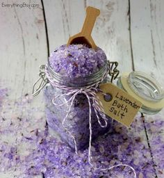 Lavender Bath Salt Tutorial Homemade Lavender Bath Salt Tutorial - This smells amazing! Homemade Lavender Bath Salt Tutorial - This smells amazing! Diy Spa, Homemade Gifts, Diy Gifts, Lavender Bath Salts, Diy Cadeau, Little Presents, Homemade Beauty Products, Home Made Soap, Cool Diy Projects