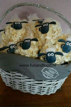 Shaun the sheep popcorn treats - Diy Geburtstag Basteln Farm Birthday, Toy Story Birthday, Toy Story Party, Birthday Lunch, Petting Zoo Birthday Party, Toy Story Food, Tractor Birthday, Dragon Birthday, Birthday Parties