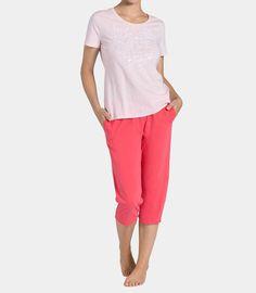 Przyjemna dla ciała piżama ze spodniami 3/4 i topem z krótkim rękawem. Urocze motywy sprawiają że będziesz ją chciała mieć ją w każdej wersji kolorystycznej. Spodnie posiadają dwie naszyte kieszenie i kontrastowy sznurek w talii.
