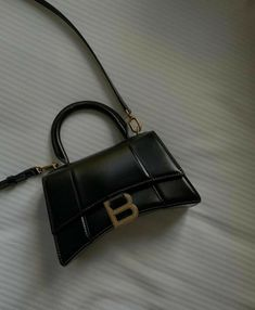 Luxury Purses, Luxury Bags, Sacs Design, Balenciaga Bag, Accesorios Casual, Cute Purses, Cute Bags, Mode Outfits, Mini Bag
