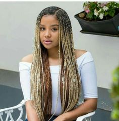 All styles of box braids to sublimate her hair afro On long box braids, everything is allowed! For fans of all kinds of buns, Afro braids in XXL bun bun work as well as the low glamorous bun Zoe Kravitz. Box Braids Hairstyles, Braids Hairstyles Pictures, My Hairstyle, African Hairstyles, Hair Pictures, Girl Hairstyles, Hair Updo, Formal Hairstyles, Black Hairstyles