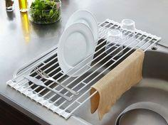今や結構普及している、この水切りマットですが、towerブランドの水切りラックの特徴は、ワイヤーにお皿がひっかけられる仕切りが付けられている事です。お皿を立てに干すことが出来るだけで、さらなるスペースの有効活用が出来ますね。