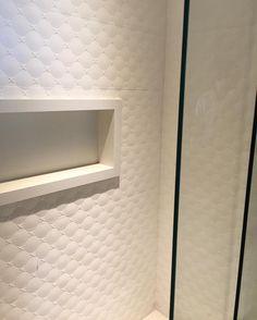 > Cerâmica Portinari - Romance 30x90cm.  D'fatto Arquitetos Associados (@dfattoarqs) • Fotos e vídeos do Instagram Banho, banheiro, nicho, branco, parede decorada.