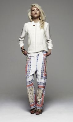 SUMMER INSPIRATION. SIMPLE WHITE BLOUSE WITH PRINTED PANTS.