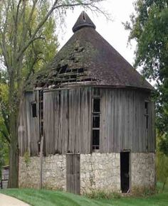 old round barn, you could hear the cricket chirp. Farm Barn, Old Farm, Country Barns, Country Living, Country Roads, Barn Pictures, Barns Sheds, Barn Quilts, Old Buildings