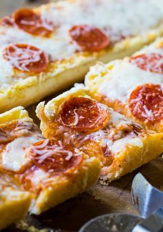 Bread Pizza Garlic Bread Pizza is so easy to make from frozen garlic bread.Garlic Bread Pizza is so easy to make from frozen garlic bread. Frozen Garlic Bread, Garlic Bread Pizza, Easy Family Meals, Frugal Meals, Easy Meals, Italian Dishes, Italian Recipes, Pizza Sides, Pizza Pizza