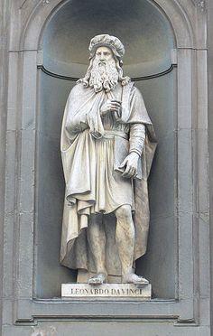 Leonardo da Vinci statue outside the Uffizi Gallery