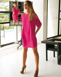 Dieses Sommerkleid überzeugt gleich mehrfach: Der Schnitt ist einfach und ohne viel Schnickschnack. Besonderheit ist der tiefe V-Ausschnitt am Rücken und der Bändchenverschluss. Außerdem hat das Kleid praktische Seitentaschen.