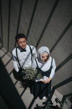 Pre Wedding Poses, Pre Wedding Shoot Ideas, Pre Wedding Photoshoot, Wedding Couples, Foto Wedding, Dream Wedding, Couple Photography Poses, Wedding Photography, Hijabi Wedding