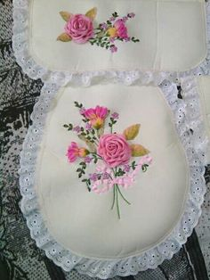 Juego de baño Ribbon Embroidery Tutorial, Ribbon Flower Tutorial, Embroidery Bags, Silk Ribbon Embroidery, Embroidery Stitches, Embroidery Patterns, Sewing Patterns, Flower Crafts, Diy Flowers