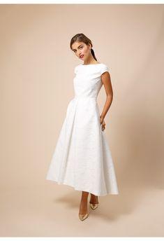 Jeanne X Délicate Dentelle de Calais-Caudry Elegant Dresses Classy, Classy Outfits, Beautiful Dresses, Civil Wedding Dresses, Wedding Gowns, Party Kleidung, Evening Dresses, Formal Dresses, Applique Wedding Dress