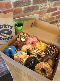 Hurts Donuts is home of the obscenely large donut, the donut milkshake, and the emergency donut delivery truck. Delicious Donuts, Yummy Food, Sonny Munroe, Donut Recipes, Snack Recipes, Donut Delivery, Hurts Donuts, Mini Donuts, Doughnut