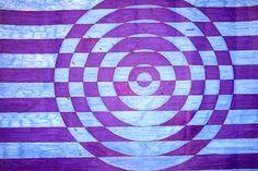 Tato kružnice  je obyčejná , akorát je linkovaná i s pozadím.  Postup :  1. Narýsovat kružnici  2. Nalinkovat celý papír 3. Zvolit si čím budu vybarvovat (pastelky , fixy , tempery apod.) + barvy 4. Vybarvit na střídání pozadí  5. Vybarvit kružnici  opačnou barvou  6. Napoví vám obrázek