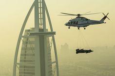 Em cenas deslumbrantes, veja como foi o transporte do carro da Red Bull para o alto do Burj Al Arab.