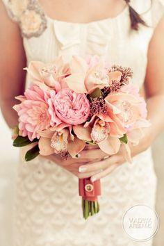 bukiet na weselu z różowych kwiatów