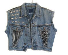 colete jeans SUPER tachado R$211,50 Colete Jeans vintage reformado e customizado,com ajuda de tachas em formato pirâmide e aplicações de tecido de zebrinha.