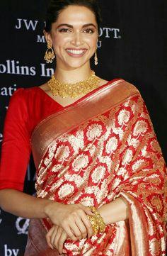 Perfect blouse for the beautiful saree. Sari Blouse Designs, Saree Blouse Patterns, Designer Blouse Patterns, Bengali Saree, Indian Sarees, Indian Bollywood, Bollywood Actress, Indian Attire, Indian Wear