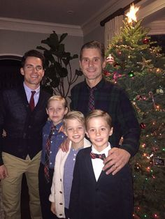 Matt Bomer Shares Adorable Family Photo with Husband Simon Halls & Their 3 Sons! Matt Bomer just shared the cutest family photo of him, his husband Simon Halls, and their three adorable kids around the Christmas tree! Cute Gay Couples, Couples In Love, Matt Bomer Family, Matt Bomer Husband, Gay Lindo, Family Portraits, Family Photos, Matt Bomer White Collar, Matt Bomer Simon Halls
